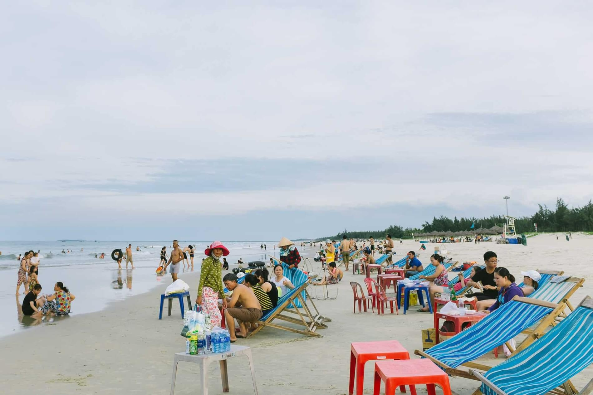 Crowd at Tam Thanh beach