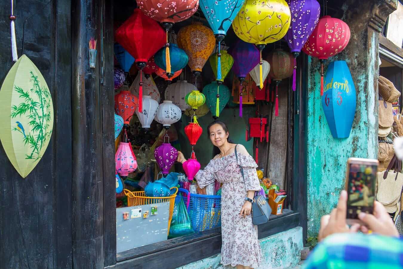 Ong Canh: lantern shopping