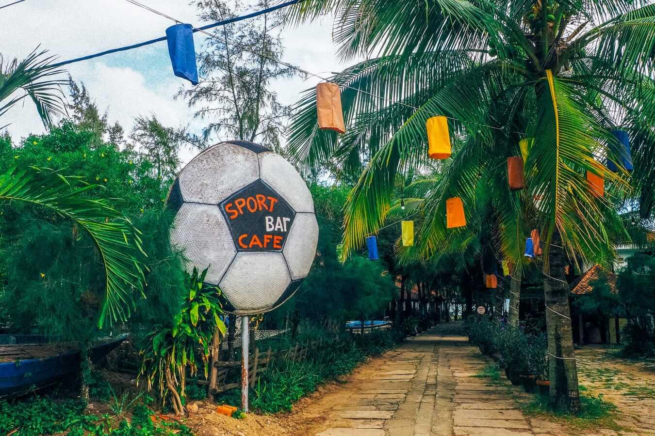 Puku Sports Bar Cafe: Cua Dai Beach