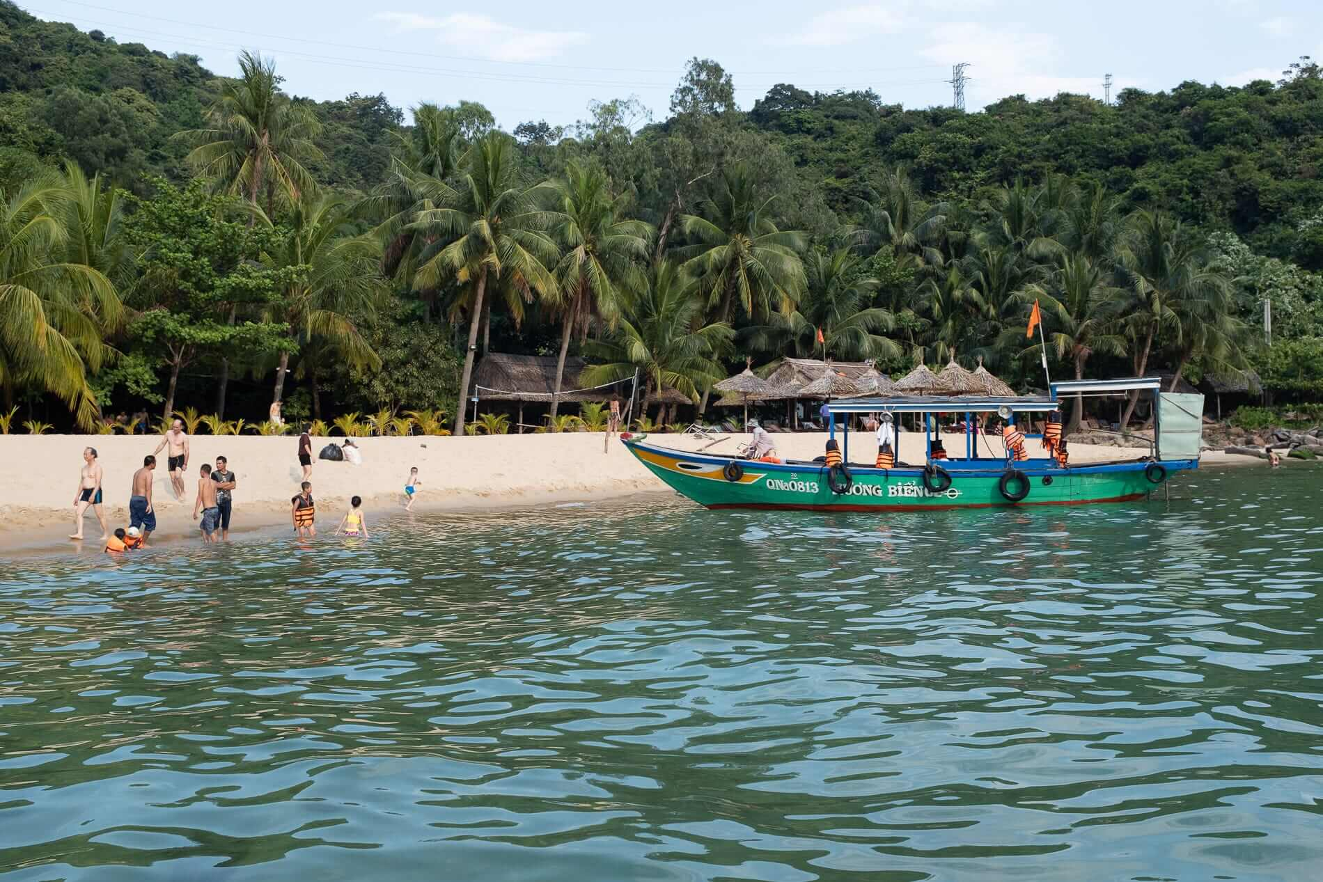 Passengers drop off to Bai Chong Beach - Cham Islands Accommodation