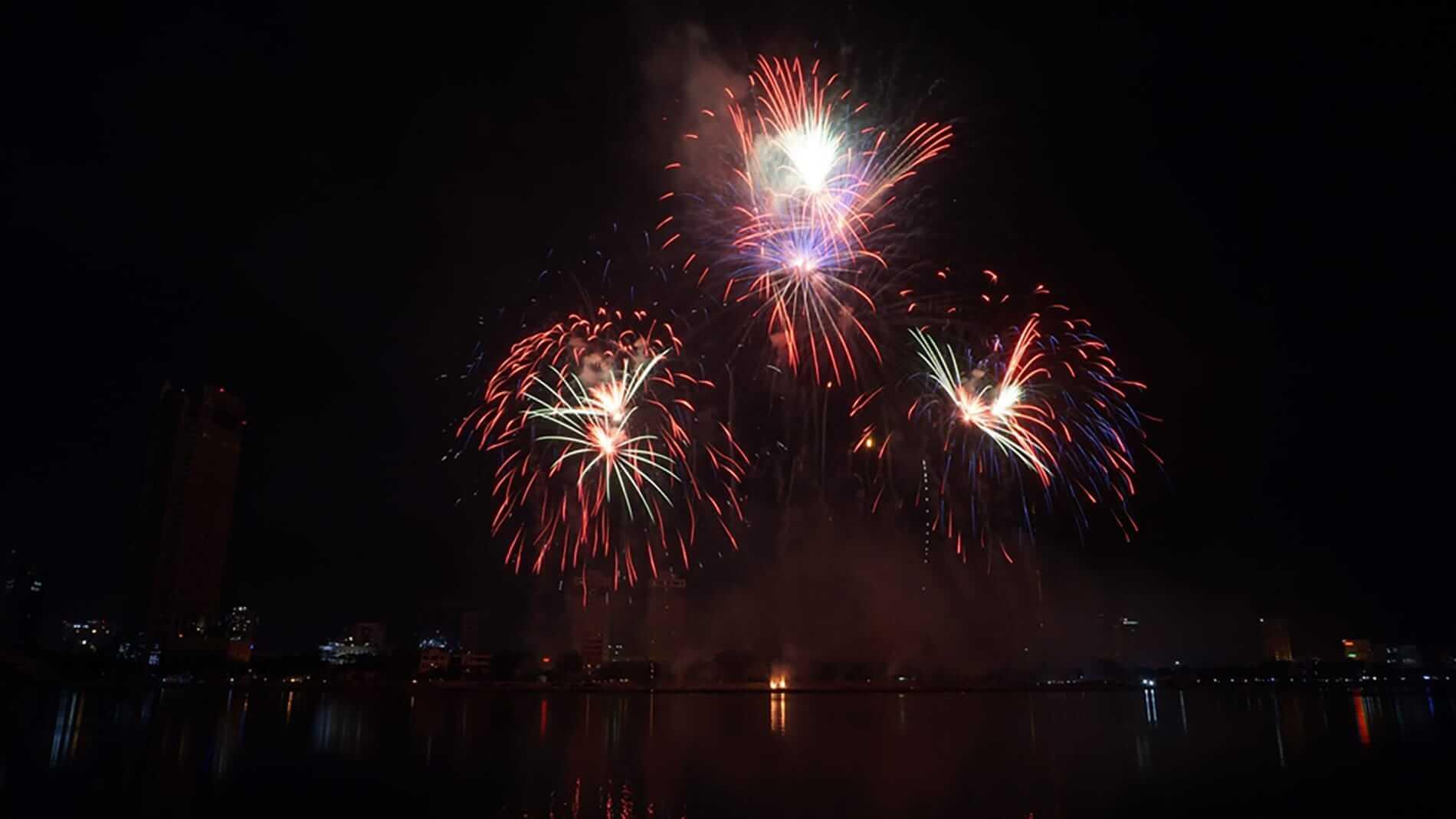 Fireworks light up the Da Nang skyline - Da Nang Fireworks Festival