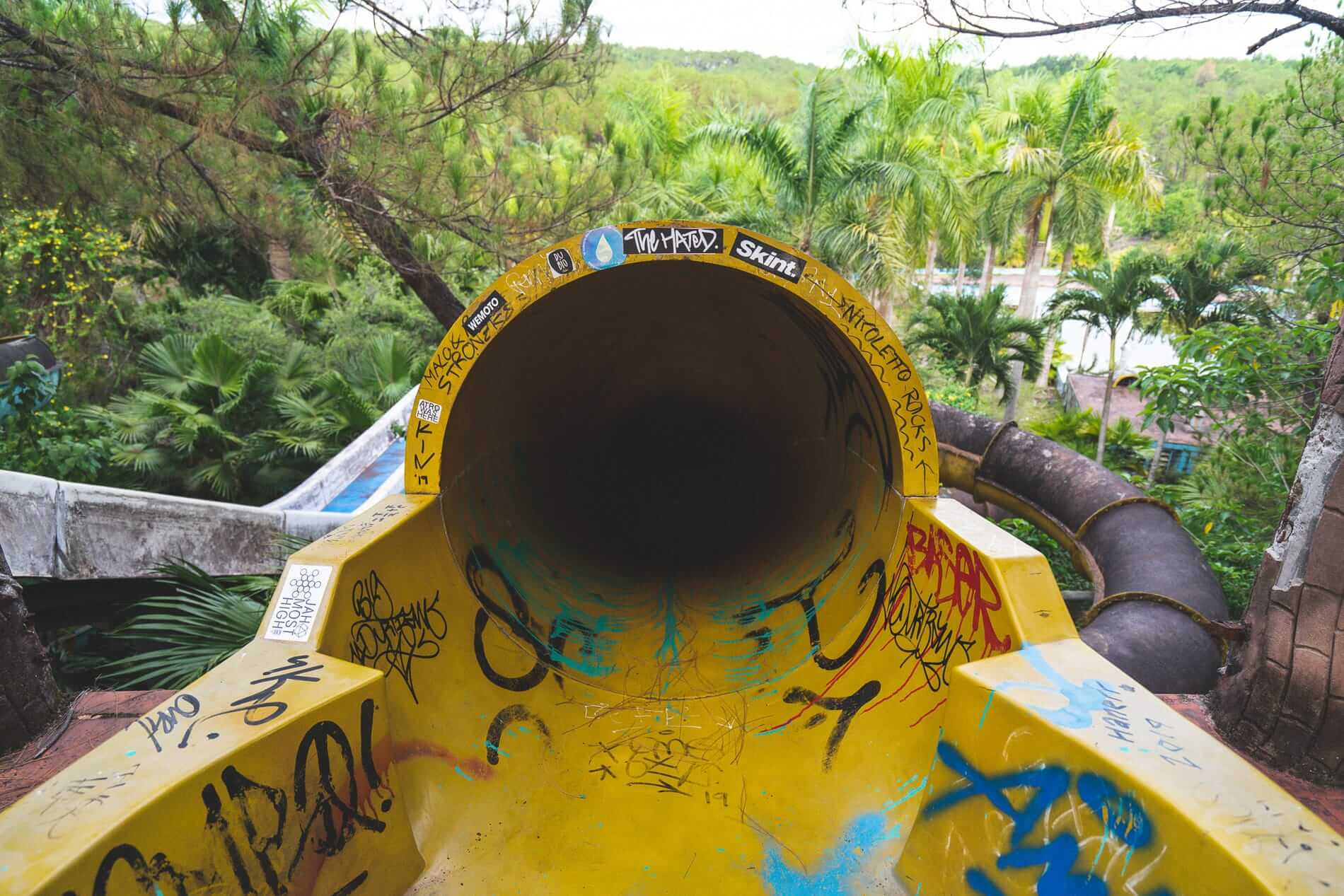 Vandalized attraction - Vandalized attraction - Hue's abandoned water park