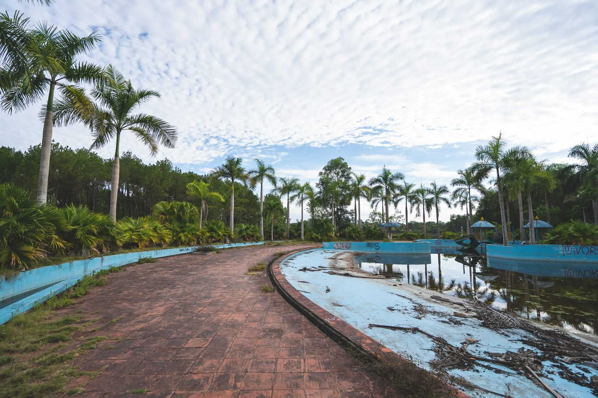 Dirty park - Hues Abandoned Water Park