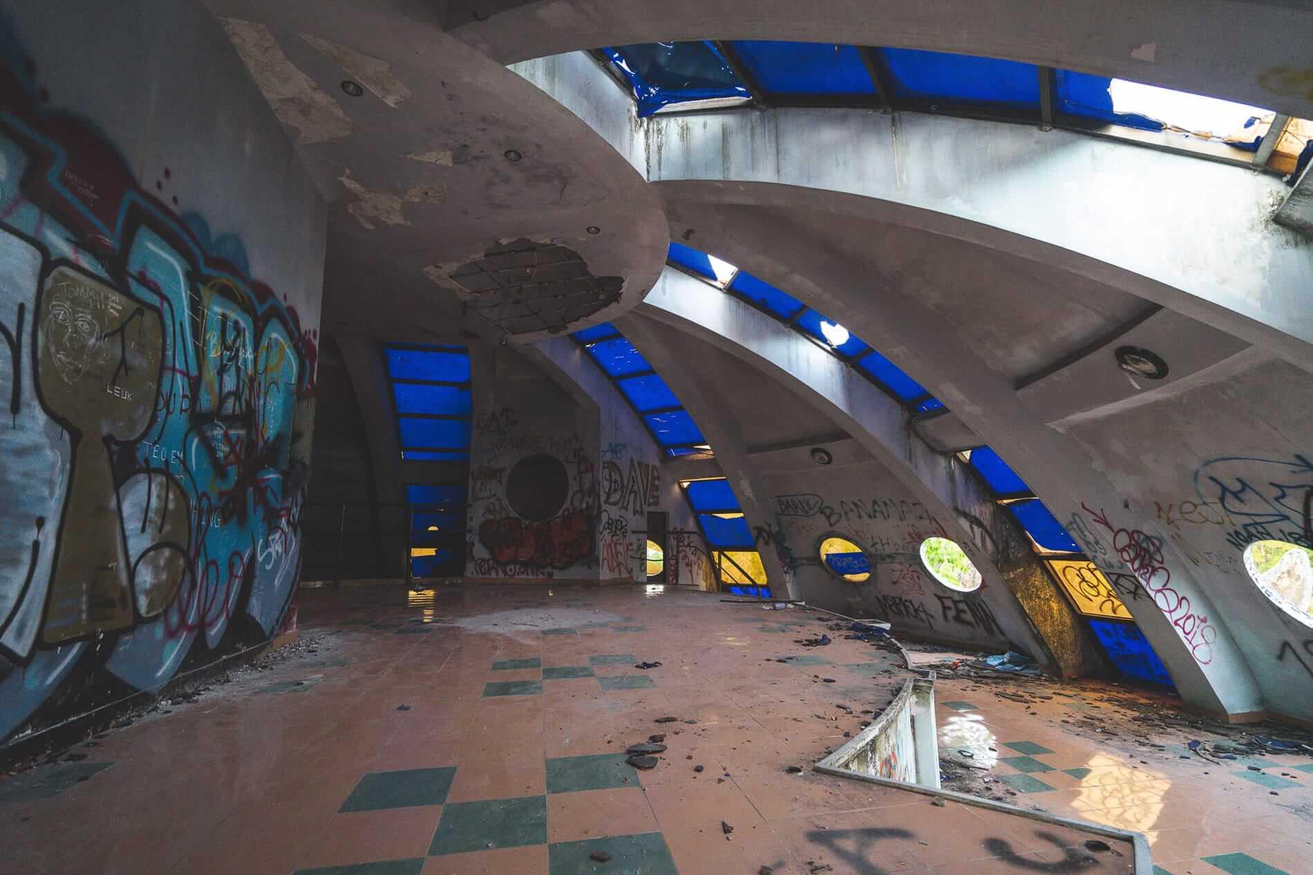 spaceship-Esque aquarium - Hue's abandoned water park