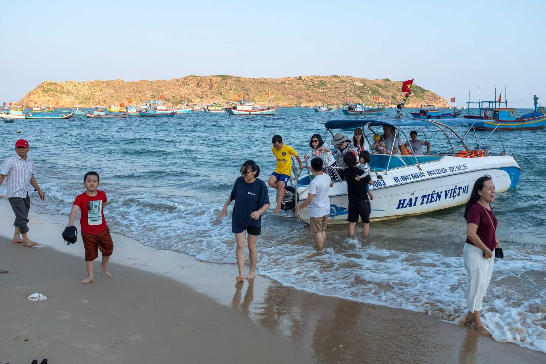 Speedboat at Bai Xep beach