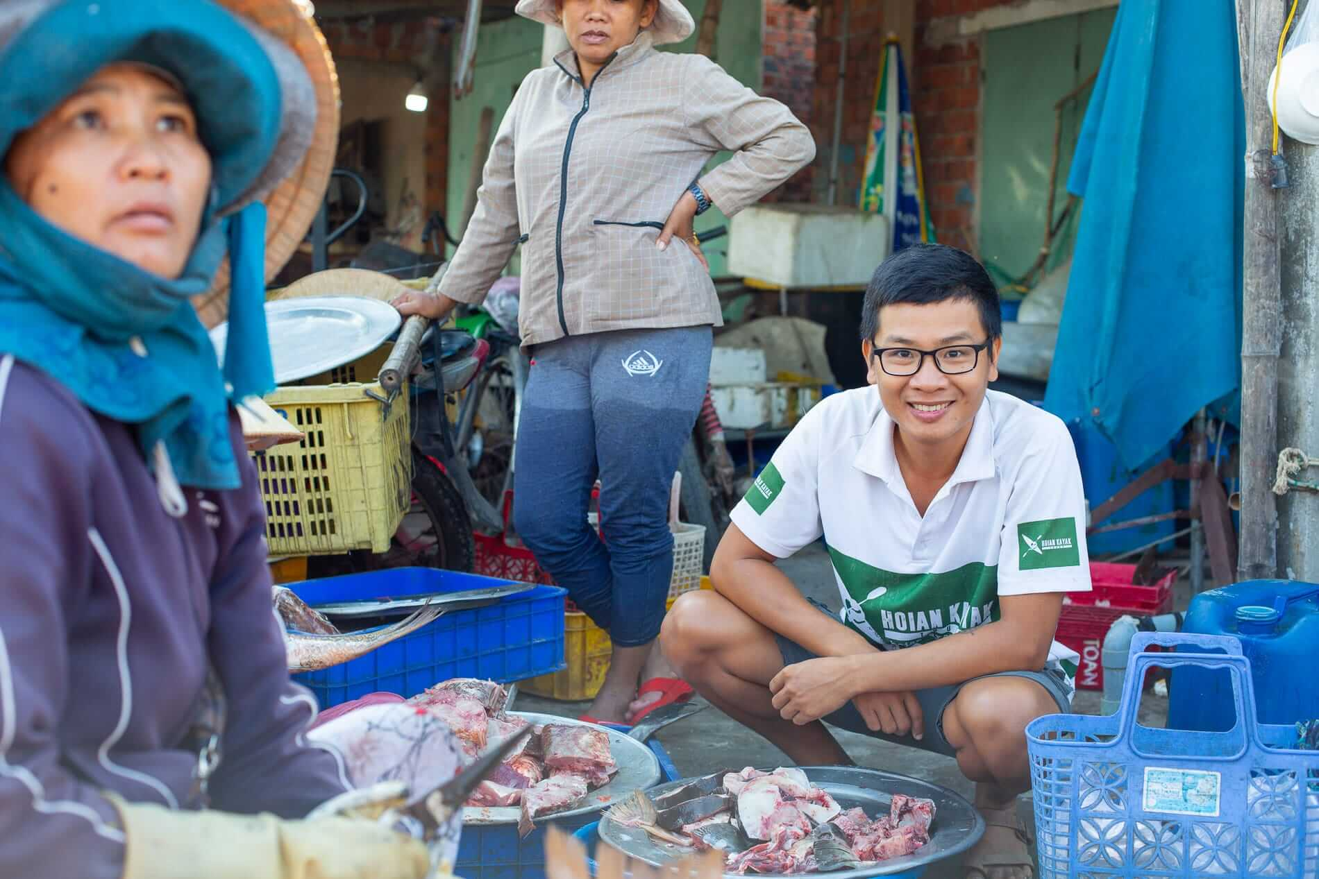 Kien at the fish market - What to do in Hoi An