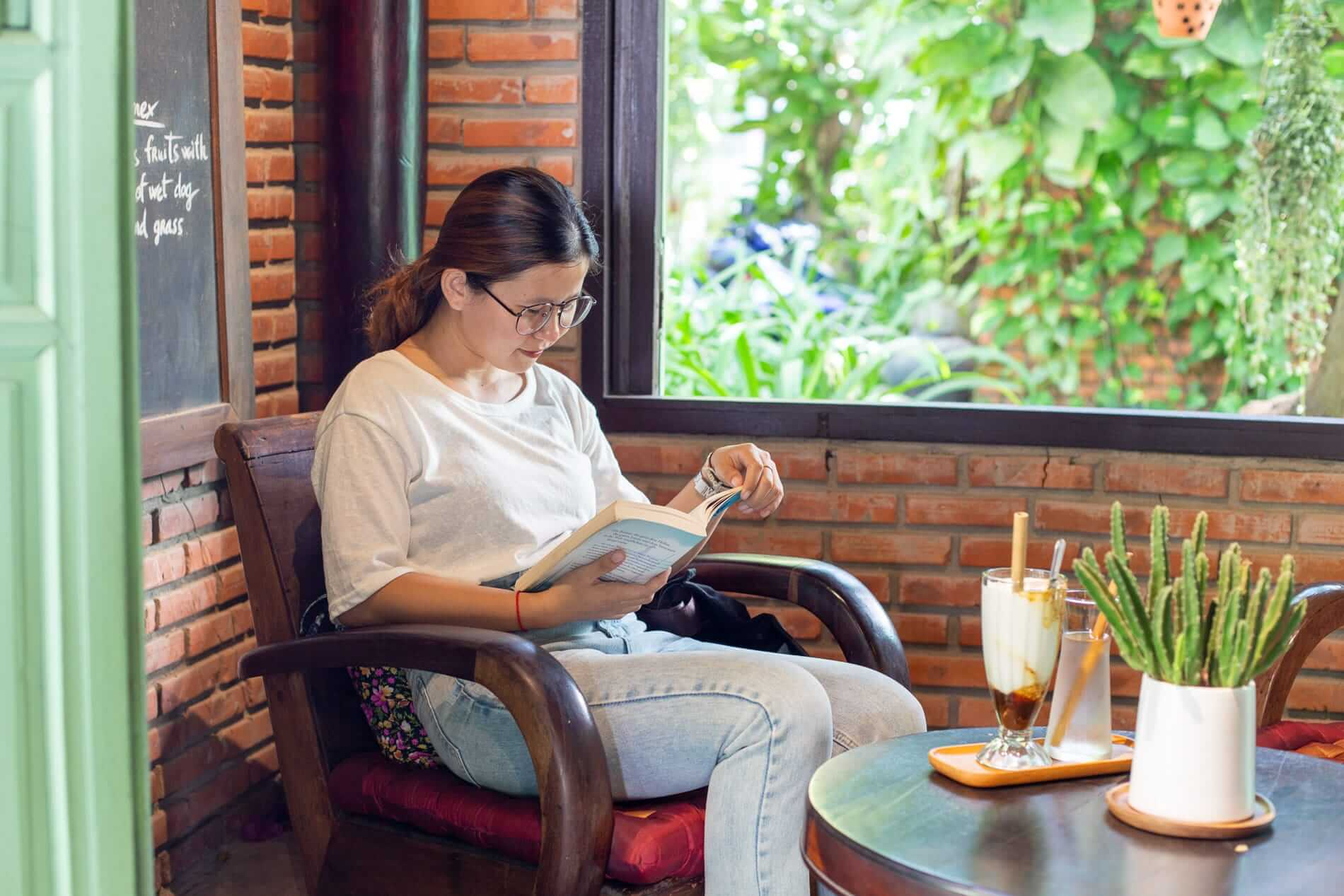 Khieu comes to Sound of Silence to read - What to do in Hoi An