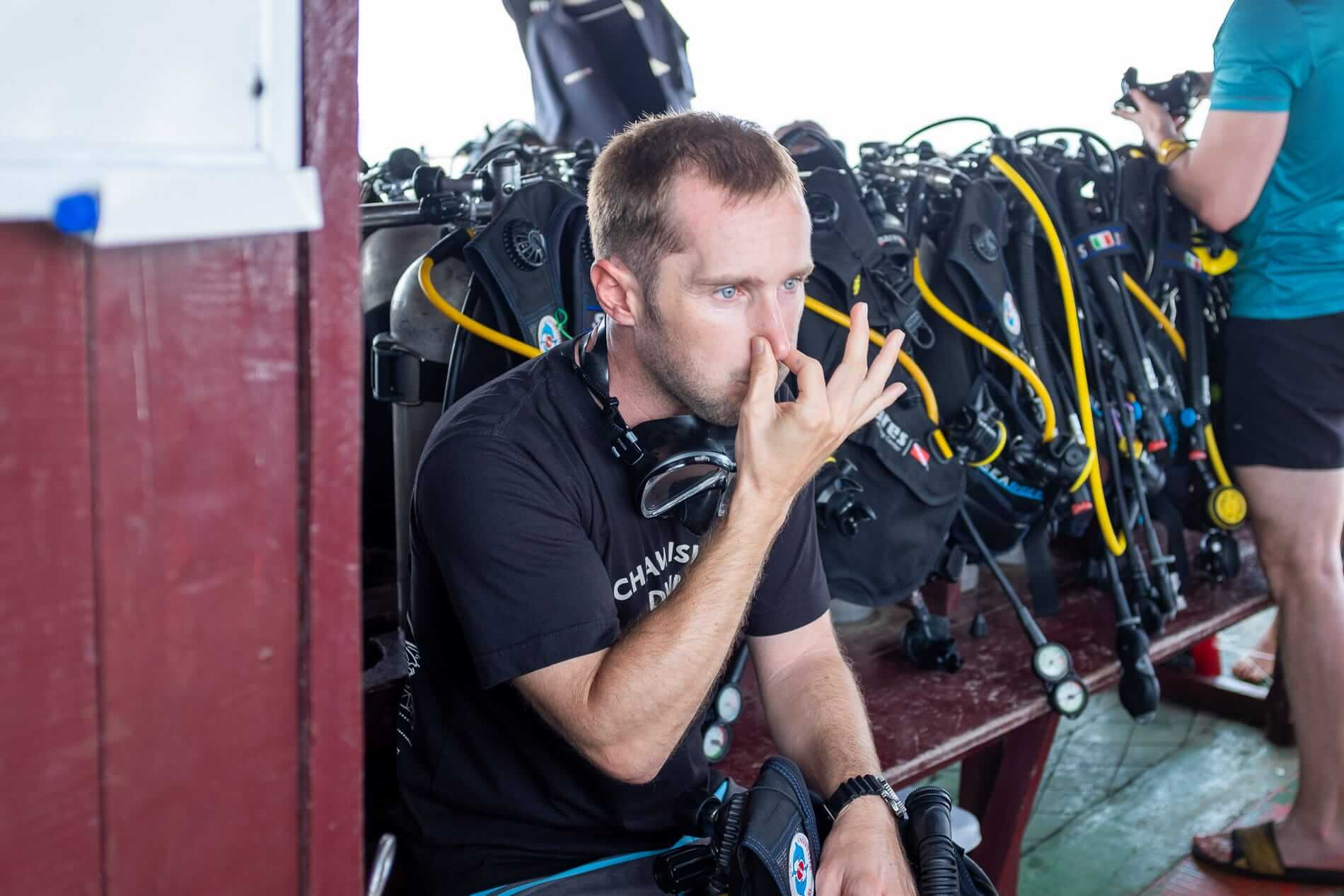 dive instructor demonstrates students in Hoi An