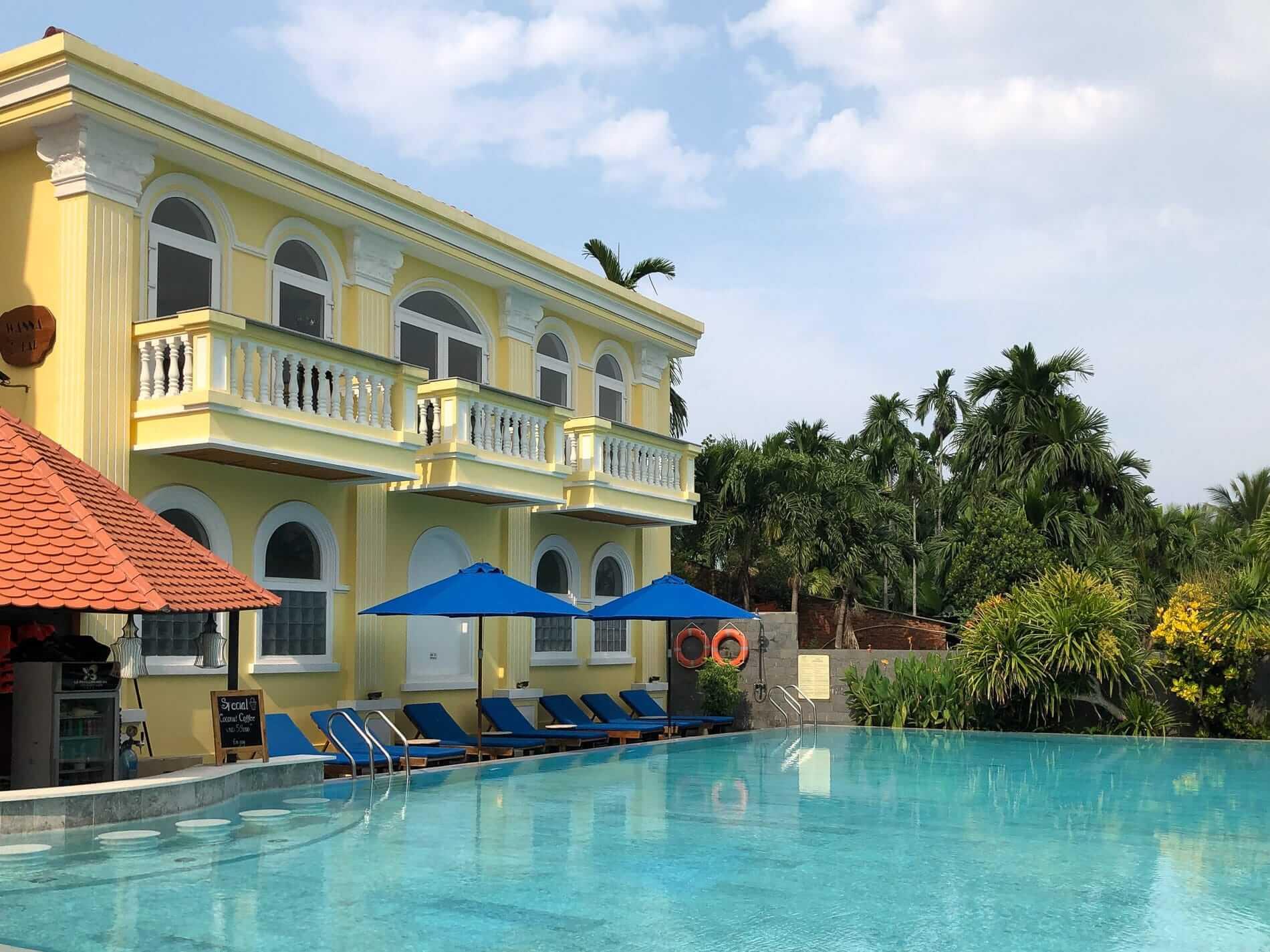 Le Pavillon poolside