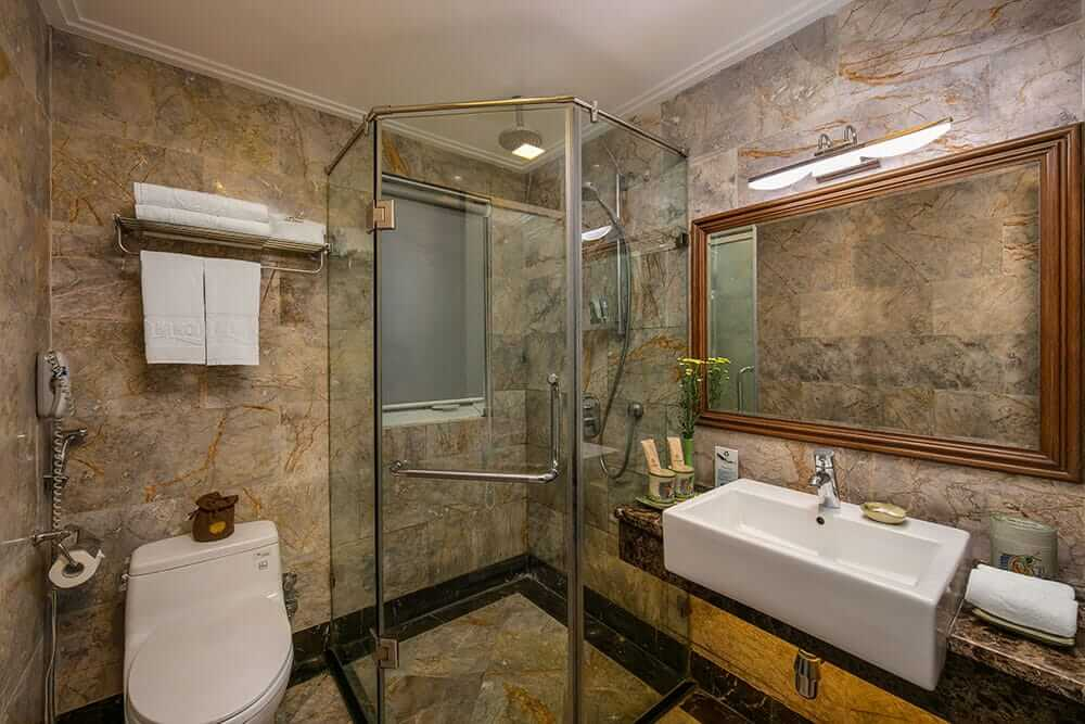 ensuite bathroom of Hanoi Pearl Hotel