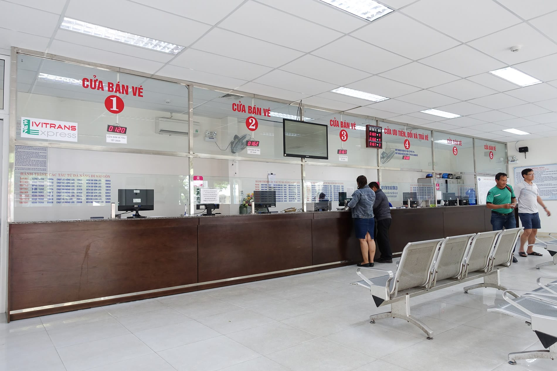 ticket train counters from Hanoi to Da Nang
