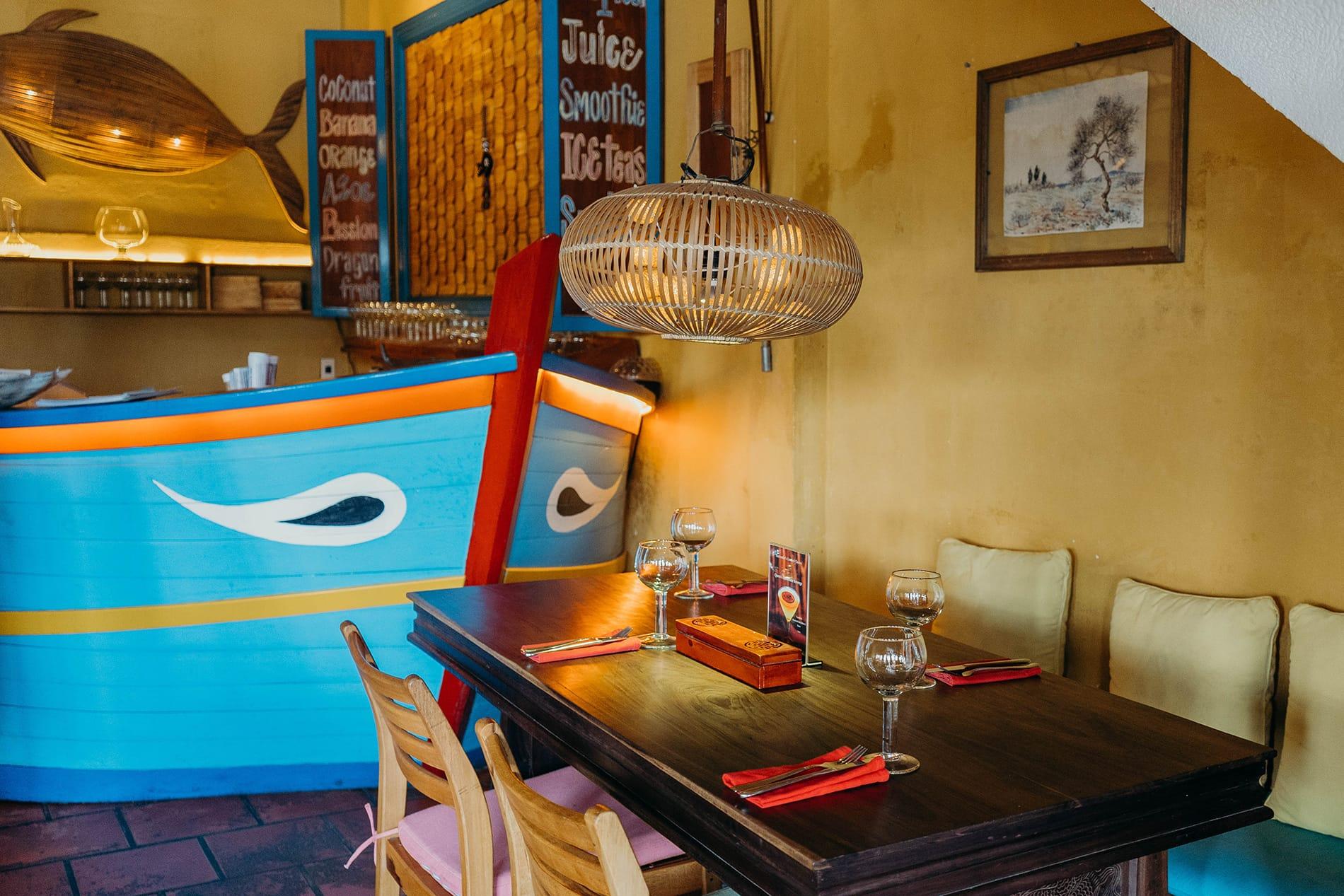 boat shape bar Hoi An